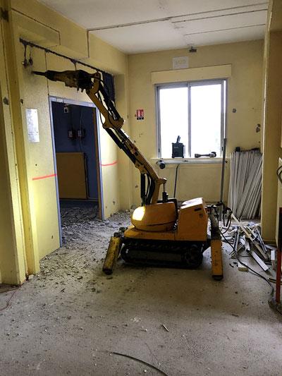 Démolition d'un mur béton à l'aide d'un robot de démolition - college J J Rousseau Tassin
